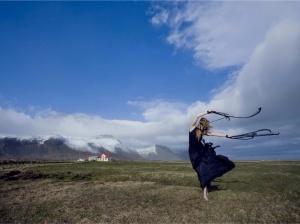 Ein af myndunum sem Ólafur Kolbeinn tók en þarna er Rebekka að túlka veðrið í nokkurskonar veðursokk.