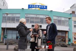 Eva Lín og Ingvar Þór Björnsson gefa farþegum kaffi.